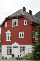 Traditional-Style Red House, Hellesylt, Norway (4) (Phil Masters) Tags: norwayholiday norway hellesylt 14thjuly july2016 redhouse storfjord storfjorden sunnylvsfjorden