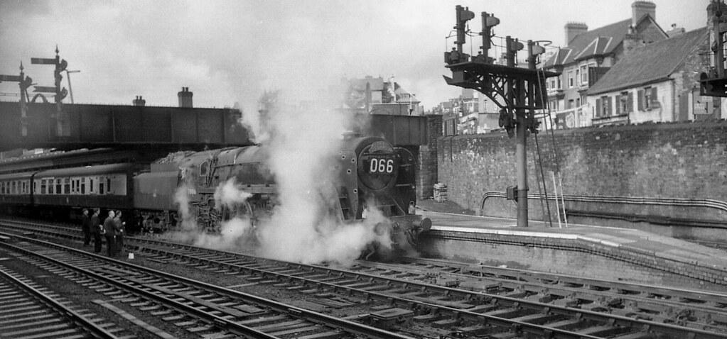 70016 Ariel at Newport, July 1958 (R J Viney) Tags: newportstation  reddragon paddington