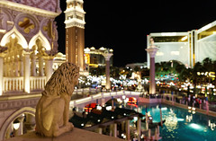 From the venetian's balcony (Guillaume DELEBARRE (Guigui-Lille)) Tags: usa statue architecture night america canon lights dof nightshot lasvegas bokeh balcony nevada lion casino venetian balcon nuit 6d vienocturne canoneos6d tamron2470f28