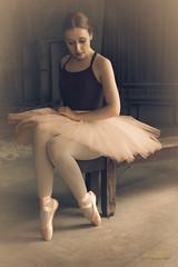 """Momentos de ternura en la ultima sesin fotogrfica con Alba Martn. Una gran promesa de la danza espaola. En esta ocasin posando para """"Retratados"""" con atuendo de danza clsica. (J.L.Villar) Tags: amarilla ballet danza baile jlvillr valladolid"""