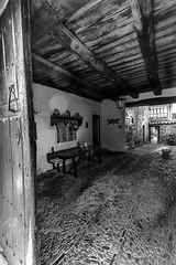 Entrada-casa-Castrillo-de-los-Polvazares_DSC5528 (kanzer16) Tags: sony voigtlander ilce7r voigtlandersuperwideheliar15mmf45iii sonya7r blancoynegro astorga maragatera entrada casa blackanwhite rustico viejo