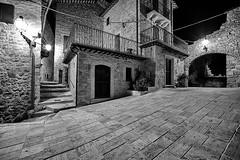 Castel Trosino - Scorcio 07 (Promix The One) Tags: casteltrosinoap marche scorcio centrostorico antichit medioevale piazza arco portoni mura case mattoni pietre finestre via scale lampione notturno biancoenero bn bw canoneos1dsmarkii sigma1530f3545exdgaspherical