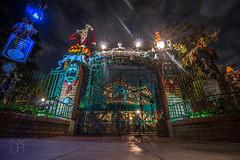 Haunted Mansion Holiday Closed Gates (Domtabon) Tags: california dl dlr disney disneyland disneylandresort halloween hauntedmansion hauntedmansionholiday neworleanssq nightmarebeforechristmas mousewait