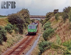 -12- St-Pol-de-Lon, en ligne, autorail X2100  destination de Morlaix, au PS de Mechou-groaz, septembre 1991 (LOUIS TOSSER) Tags: france st train de gare roscoff bretagne chemin fer morlaix sncf pol lon finistre carantec autorail penz plounan henvic taul