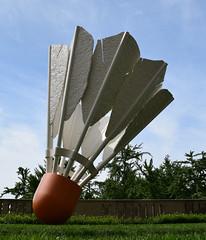 DSC_2744 (JSF539) Tags: statue kansascity missouri shuttlecock nelsonatkinsmuseum claesoldenburg coojsevanbruggen