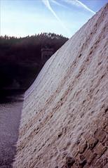 full flow (Ron Layters) Tags: derwentdam fullflow derwentreservoir derwentvalley derwent dam water waterfall spray frothy slope peakdistrict bamford england derbyshire unitedkingdom slidefilmthenscanned slide transparency fujichrome velvia leica r62 leicar62 ronlayters