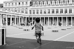 Libre comme l'air (LACPIXEL) Tags: enfant nino child courir run correr france paris flickr capitale ville town ciudad palaisroyal colonnes buren noiretblanc blackandwhite blancoynegro outside extrieur monochrome nikon nikonfrance d4s fx lacpixel scnedenfant