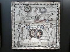 Lucha de gladiadores (Chimista) Tags: panasonic lumix panasonictz80 madrid museo museoarqueolgico man arqueologa hispaniaromana mosaico gladiador lucha espada escudo armas dmctz80