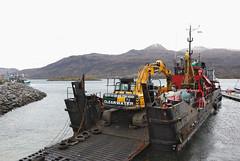 Leslie Anne (Mrtainn) Tags: bag boot scotland boat highlands barca barco jcb alba escocia bateau alban szkocja bt esccia schottland btur bote westerross vene schotland d ecosse lochalsh scozia bagger txalupa paat fanas skottland rossshire laiva skotlanti skotland kyleoflochalsh bd bd ladja  broskos varca balca caollochaillse leslieanne csnak  valtis esccia skcia  albain brka bta iskoya  rawtherapee  lun barc lochaillse gidhealtachd taobhsiarrois siorramachdrois llancha scoia  fergusontransport battellu skath js290 jcbjs290