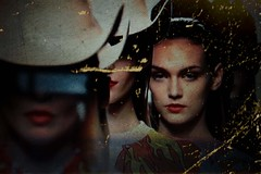(rosa_rusa) Tags: madrid she girls espaa fashion dark spain retrato pasarela chicas cowgirls mirada cibeles catwalk sombreros oscuro nolugar fashionworld rosarusa