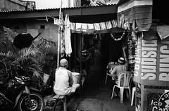 Sore! (Purple Field) Tags: contax tvs carl zeiss variosonnar 28mmf3556mmf65 fuji neopan iso400 presto bw monochrome analog 35mm film jakarta indonesia street alley bike walking people together