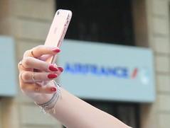 Self pour d'autres... (Pi-F) Tags: selfie tlphone portable apple airfrance manucure ongles main femme bijoux reflet rue beyrouth liban jeune rose