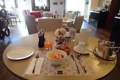 Djeuner @ Uzwil (8pl) Tags: djeuner htel croissant croissantdesils jusdefruits fruits caf table couverts chaises sculpture