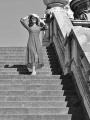 Suprême élégance (Thierry.Vaye) Tags: modèle paris pont alexandeiii escalier rampe pierre femme robe chapeau
