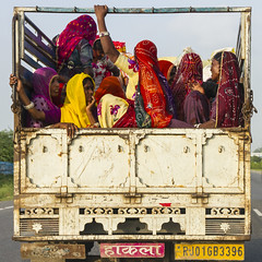 Cami, per algn lloc del Rajasthan (Aicbon) Tags: rajasthan india dones mujeres women colors colores colours cami camin truck carretera road quadrat cuadrado square