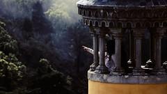 Mira! (lluiscn) Tags: portugal hand finger minaret sintra watching palace mà mirar mano dit palau dedo palacio minarete señalar dapena senyalar