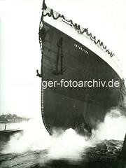 X12389_3501_149 Stapellauf der Imperator - ehem. größtes deutsches Passagierschiff, gebaut auf der Hamburger Vulkanwerft, Länge 272,70m. (christoph_bellin) Tags: fotos hamburger hafen bilder entwicklung geschichte alte werft historische fotoarchiv bootsbau schiffswerft werftarbeiter