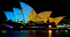 Vivid Opera #01 (betta design) Tags: show colour reflection luz water festival arquitetura architecture night wow teatro agua harbour outdoor sydney free vivid australia icon clear noite gratis operahouse tamron 2015 canoneos50d
