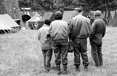 Briefing on the grass (Denis Ferir) Tags: grass herbe briefing soldats soldiers wwii guerre arme army amricains americans