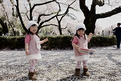 Smile & Play (lifangxp) Tags: japan shinjuku fujifilm ilobsterit x100t