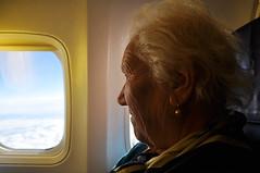 (www.tokil.it) Tags: italia italy aereo plane nonna grandmother viaggio trip travel ritratto portrait finestrino window cielo sky nuvole clouds anziana elderly sorriso smile sguardo look panorama vista view nikond90