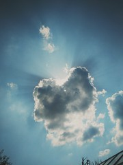 Yeah I know it ain't perfect. But I love seeing sunrays. #sun #cloud #sunray (clairekoszeghy) Tags: sunray cloud sun