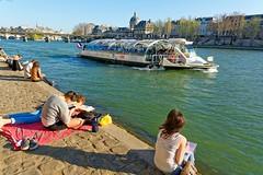 Paris / Quai F. Mitterrand / On a Sunday afternoon, paris (Pantchoa) Tags: paris france seine fleuce quai quaifranoismitterrand bateaubus touriste gens nikon d7100 1685mmf3556edvr pontdesarts