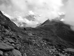 Sentier vers le sommet (insolvenza) Tags: montagne alpes nuage sommet sentier caillou brume piedmoutet