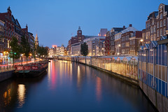 Floating Amsterdam (McQuaide Photography) Tags: amsterdam noordholland northholland netherlands nederland holland dutch europe sony a7rii ilce7rm2 alpha mirrorless 1635mm sonyzeiss zeiss variotessar fullframe mcquaidephotography captureone c1 phaseone captureonepro9 tripod manfrotto light licht dusk bluehour twilight longexposure stad city urban lowlight architecture outdoor outside old oud gracht grachtenpand canalhouse house huis huizen traditional vintage authentic capitalcity capital water reflection windows window raam ramen centrum gebouw building singel bloemenmarkt flowermarket floatingmarket waterfront waterside canal colour colours color floating float