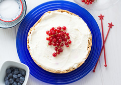 Cheesecake mit Johannisbeeren-18 (rosaroyale) Tags: cheesecake cake berries lemon redcurrant blueberries white red blue kuchen nobake foodstyle foodstyling johannisbeeren heidelbeeren thermomix tm5