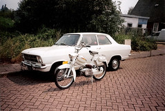 Mijn witte 1969 Puch VS 50 Skyrider naast Opel B-Kadett. (Dicky.1952) Tags: moped puch
