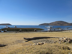 """Lac Titicaca: arrivée à la partie nord de l'Isla del Sol <a style=""""margin-left:10px; font-size:0.8em;"""" href=""""http://www.flickr.com/photos/127723101@N04/27972955254/"""" target=""""_blank"""">@flickr</a>"""