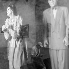 Arles, exposition (zventure,) Tags: noiretblanc arles monochrome modle reflets reflexion touriste assis danse japonais blackandwhite vitre