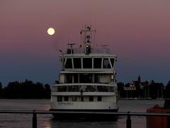 To suomenlinna island on a moonlit night (KaarinaT) Tags: fullmoon suomenlinna ferry suomenlinnaislandferry colorfulsky darkcolors helsinki finland sea moonlightonthesea klippan