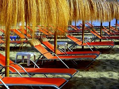 Formando filas (camus agp) Tags: españa mar andalucía playa panasonic verano marbella parasoles hamacas fz150