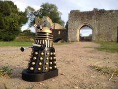 The Tardis arrives and a Dalek patrols Leeds Castle in Kent. (MajorMorgan65) Tags: dr doctor who bbc dalek