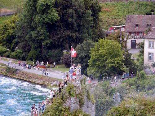 Rheinfall - Die Schweizer Fahne an der Grenze zwischen den Kantonen