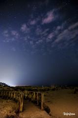 Camino hacia la luz / Way to light (Roferfrann) Tags: camino sendero madera way senda luz light wood night sky estrellas stars nubes beach arena sand