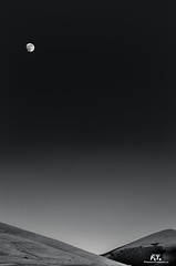 Il monte e la Luna / The Mount and the Moon (Abulafia82) Tags: pentax pentaxk5 k5 2016 abulafia umbria italia italy perugia castelluccio castellucciodinorcia altopiano highlands uplands paesaggio paesaggi landscapes landscape montagna montagne monti mounts mountains