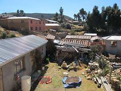 """Lac Titicaca: vue sur le jardin de nos hôtes. Les patates sèches. <a style=""""margin-left:10px; font-size:0.8em;"""" href=""""http://www.flickr.com/photos/127723101@N04/27983233624/"""" target=""""_blank"""">@flickr</a>"""
