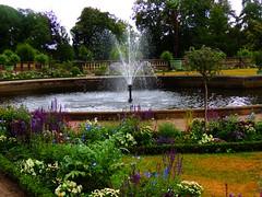 Springbrunnen vor der Orangerie (Sophia-Fatima) Tags: park deutschland springbrunnen potsdam brandenburg parksanssouci fontne orangerieschloss fountane rabatten