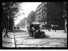1915-04-18, rue Daru, ambulances russes [convoi] [photographie de presse] (foot-passenger) Tags: bibliothquenationaledefrance bnf gallica oldphoto 1915 ambulance france wwi worldwari
