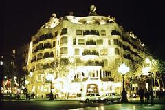 1997-11-22 Barcellona 24 Casa Mil (MicdeF) Tags: barcellona casamil geo:lat=4138506383 geo:lon=217340350 geotagged nikon novembre1997 scan scansione casamil dia diapositiva slide vecchiefoto