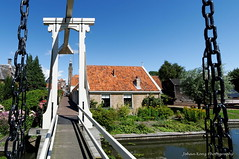 Kwakelbrug (Johan Konz) Tags: kwakelbrug historical bridge city edam netherlands water watercourse outdoor blue sky houses church buildings citysight cityscape nikon d90 nationalmonument monument