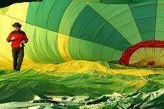 Dentro del globo  -  Inside the balloon  01 (ricardocarmonafdez) Tags: color green canon fly sevilla ngc balloon globo vuelo preparativos campiña 2015 aljarafe aznalcollar 60d aerostación ricardocarmonafdez