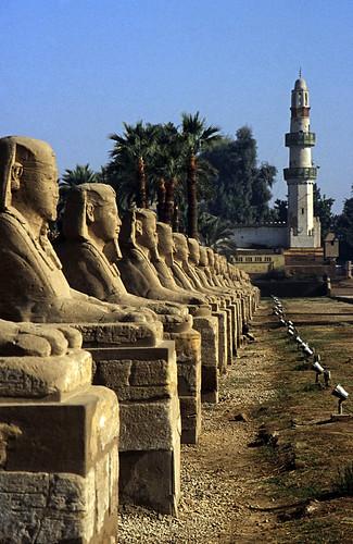 """Ägypten 1999 (244) Tempel von Luxor: Sphingen-Aallee und El-Mekashkesh Moschee. • <a style=""""font-size:0.8em;"""" href=""""http://www.flickr.com/photos/69570948@N04/27964214960/"""" target=""""_blank"""">View on Flickr</a>"""