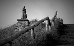 Die Derper Vraauwtje - Egmond aan Zee (Sebastian Schmeinck) Tags: black white bw schwarz weis path pfad wood nature outdoor light shadow dark darkness abstract line perspective minimal egmond canon eos statue monument frau stairs stufen weg walk figure highlight award view art