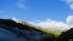 1.026 - Un guio a la niebla (esnalar) Tags: parquenaturaldelasubiaslamesa concejodelena asturias asturies principadodeasturias principaudasturies parasonatural espaa spain cielo montaa montaismo naturaleza niebla nubes paisaje sol sky mountain mountaineering nature fog clouds landscape sun