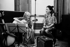Marta Valdés canta y toca la guitarra en dos temas