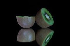 Kiwi Mirror (Hebe.Photography) Tags: black macro mirror spiegel sony kiwi sel schwarz obst markro sel2470z